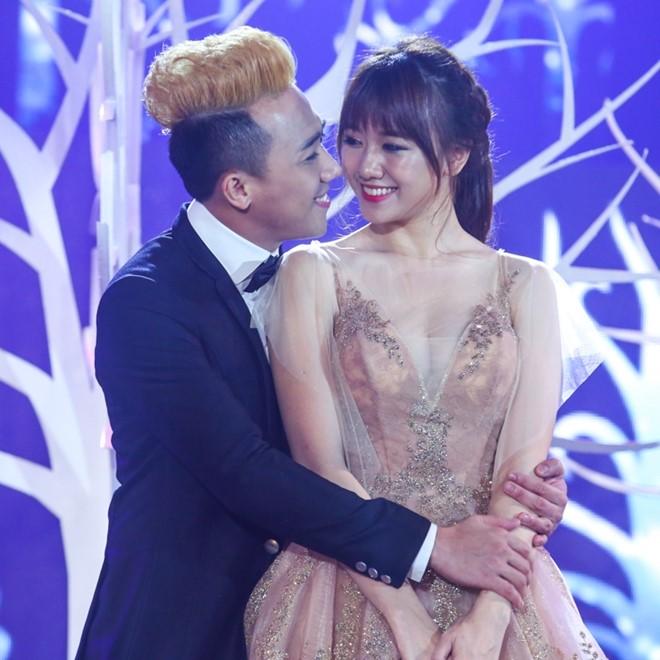 Trấn Thành ôm ấp Hari Won trên sânkhấu